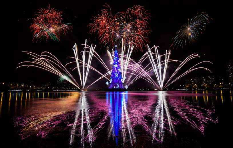 2048x1536-fit_feux-artifice-illuminent-ciel-rio-lors-inauguration-arbre-noel-flottant-plus-grand-monde-29-novembre-2014